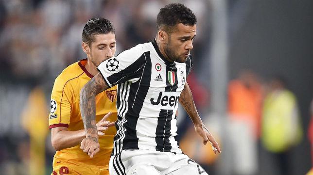Daniel Alves pelea con Escudero por un balón durante el Juventus-Sevilla de la Champions (Foto: EFE)