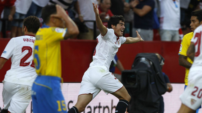 Carlos Fernández celebra el 2-1 del Sevilla FC - Las Palmas. Foto: J. M. Serrano