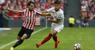 Beñat y Correa disputan un balón en el Athletic-Sevilla FC
