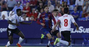 Varios jugadores del Sevilla Atlético rodean a un jugador del Levante durante el partido de la primera vuelta. Foto:LaLiga