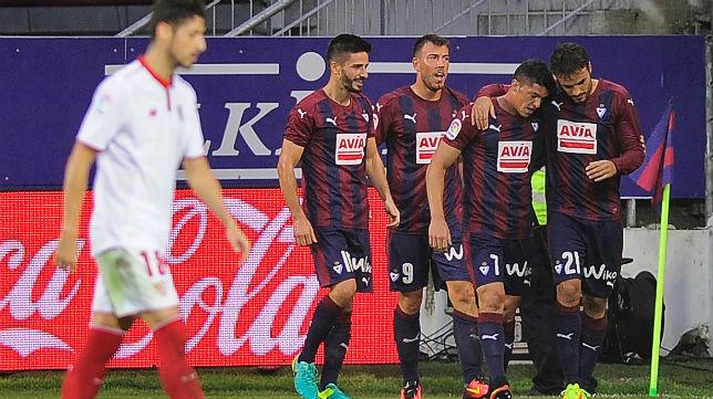 Los jugadores del Eibar celebran su gol