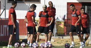 Nasri, Nzonzi y Kolo, entre otros, en un entrenamiento del Sevilla FC