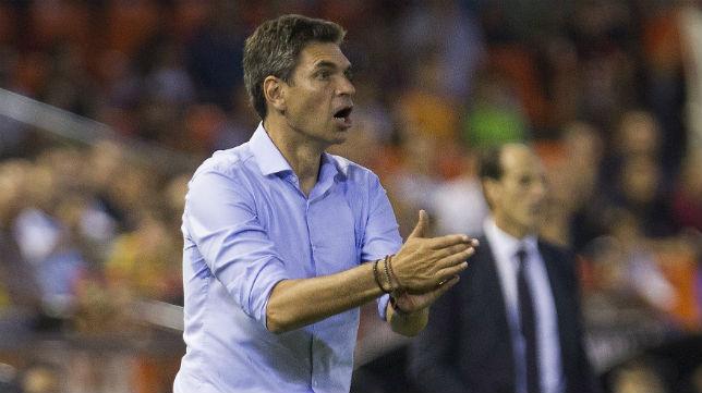 El técnico del Leganés, Pellegrino, da instrucciones a su equipo