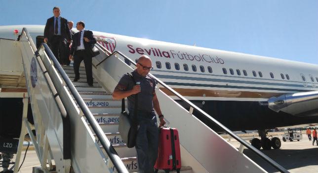 Sampaoli baja del avión