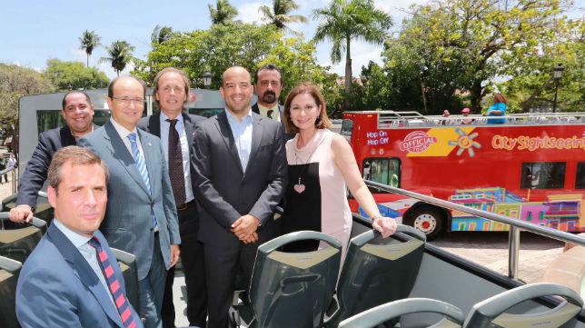 Castro, junto a su director de marketing, Ramón Loarte, el CEO de City Sightseeing, y la ministra de turismo en Puerto Rico, Ingrid Rivero, entre otros.
