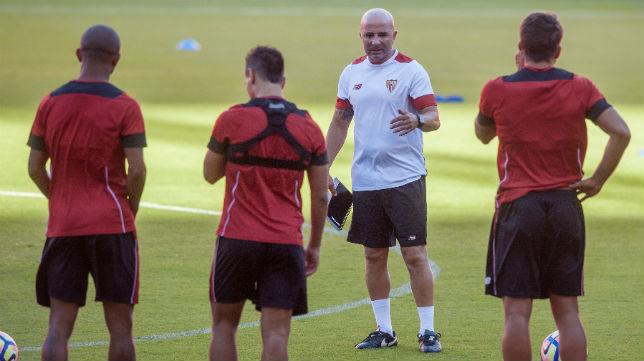 Jorge Sampaoli da instrucciones a sus jugadores antes del entrenamiento de ayer (Foto: J. J. Úbeda)
