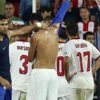Salvatore Sirigu en el momento de cambiarse la camiseta con Iborra en Bilbao