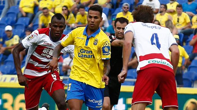 Jonathan Viera se marcha de dos jugadores del Granada en el último partido liguero de Las Palmas