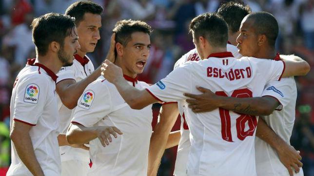 Los jugadores del Sevilla celebran uno de los dos goles marcados por Ben Yedder ante el Alavés