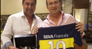 Angelici regaló una camiseta de Boca Juniors a José Castro