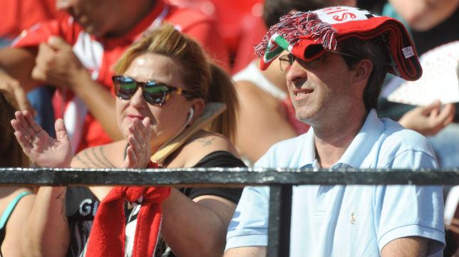 Aficionados del Sevilla, en la grada del Sánchez-Pizjuán en el choque de LaLiga ante el Alavés (Foto: J. J. Úbeda)