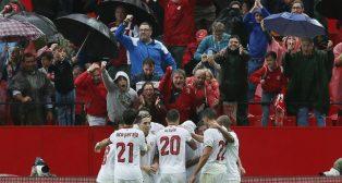 Los jugadores del Sevilla celebran junto a la afición el tanto de Nzonzi contra el Atlético