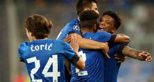 Los jugadores del Dinamo Zagreb celebran un gol en la Champions