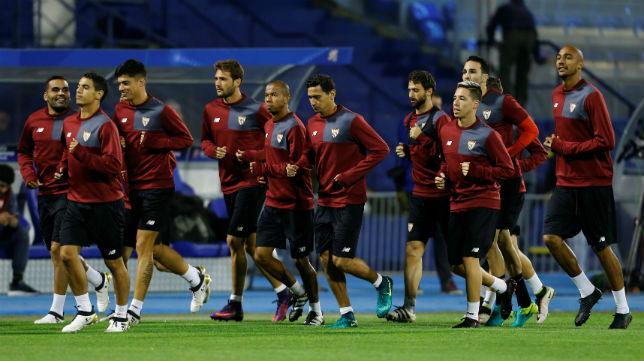 Los jugadores del Sevilla FC se entrenan sobre el césped del Maksimir de Zagreb (Foto: Reuters/Antonio Bronic)