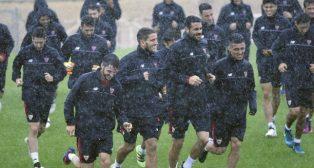 Los futbolistas del Sevilla FC se entrenan bajo un intenso aguacero. Foto: J. Spínola