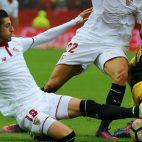 Escudero disputa un balón con Gabi durante el Sevilla-Atlético
