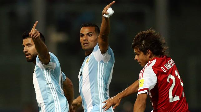 Gabriel Mercado, en el centro de la imagen, durante el Argentina-Paraguay