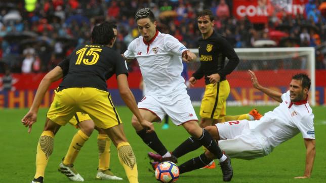 Nasri conduce el balón en el choque contra el Atlético