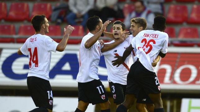 Los futbolistas del Sevilla Atlético celebran el tanto de Pozo. Foto: LaLiga