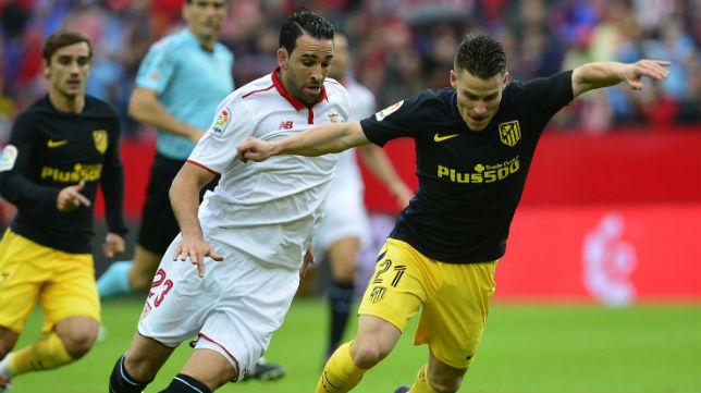 Gameiro y Rami disputan un balón en el Sevilla FC-Atlético