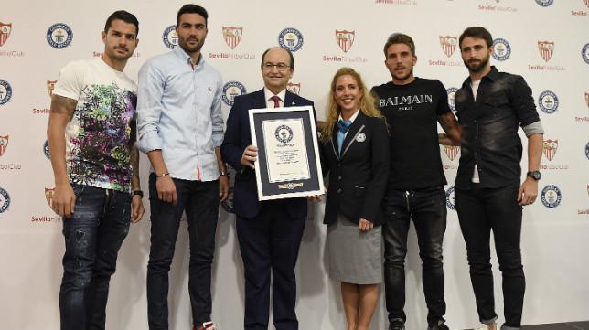 Los capitanes y el presidente del Sevilla FC reciben el reconocimiento de Guinness Records. Foto: J. Spínola