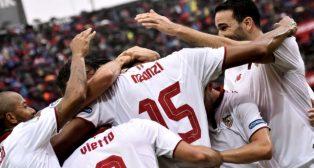 Los jugadores de Sevilla FC celebran un gol de Nzonzi