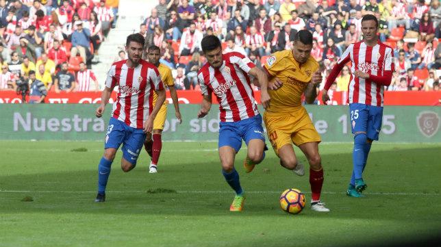 Vitolo intenta marcharse de un rival en el Sporting-Sevilla