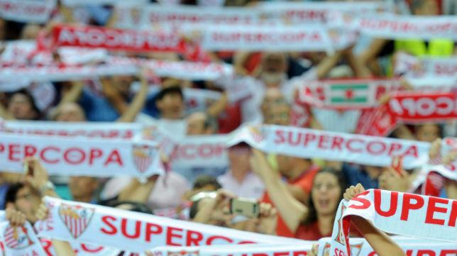 Aficionados del Sevilla, antes de la ida de la Supercopa de España de 2016 (Foto: J. J. Úbeda)