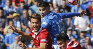 Vázquez salta durante el Leganés-Sevilla