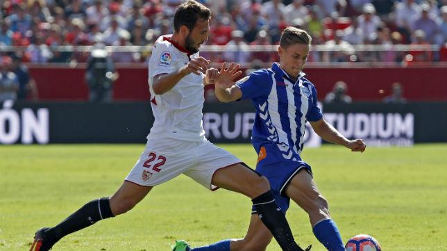 Franco Vázquez disputa un balón con el jugador del Alavés Llorente (Foto: EFE)