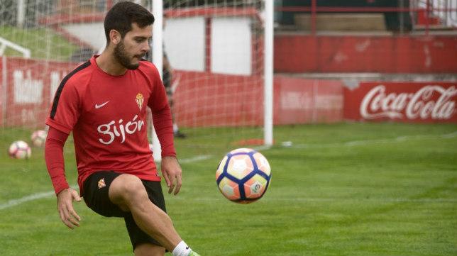 Víctor Rodríguez, en un entrenamiento del Sporting (Foto: realsporting.com)