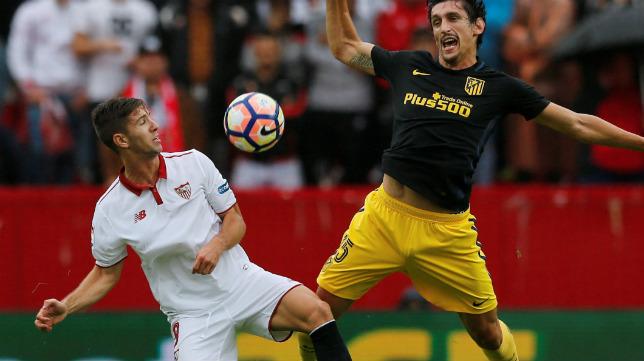 Luciano Vietto pelea un balón con Savic durante el Sevilla FC-Atlético