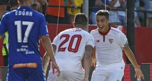 Ben Yedder celebra con Vitolo uno de sus goles al Alavés