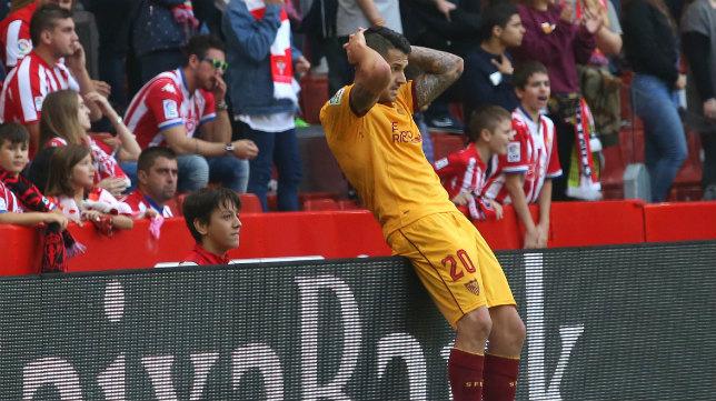 Vitolo se lamenta en una acción del Sporting-Sevilla FC