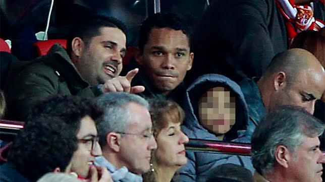 Carlos Bacca, junto a uno de sus hijos y un amigo en el palco del Sevilla-Valencia (foto: Raúl Doblado)