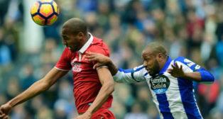 Nzonzi cabecea un balón durante el Deportivo-Sevilla FC