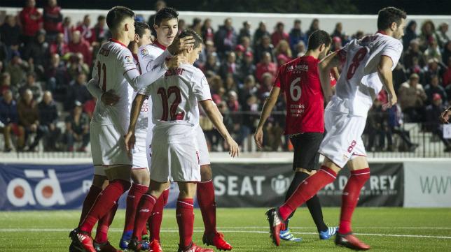 Los jugadores del Sevilla FC celebran uno de los cinco goles en Formentera
