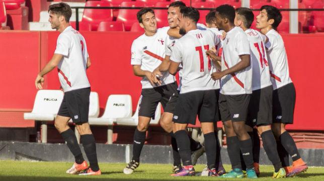 Los jugadores del Sevilla Atlético celebran el gol de Cristian González ante el Almería. Foto: LaLiga