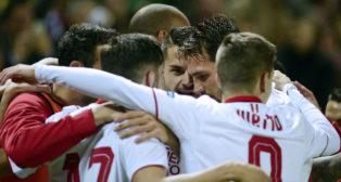 Los jugadores del Sevilla celebran un gol ante el Valencia (Foto: AFP)