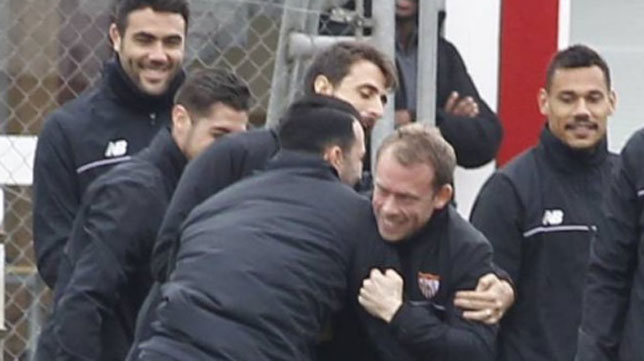 Krohn-Dehli es felicitado por muchos de sus compañeros tras volver hoy a trabajar con el grupo (Foto: @Iborra_Vicente)