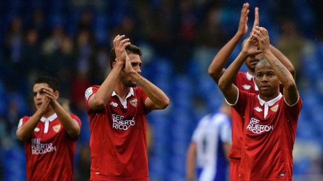 Mariano, Franco Vázquez y Ben Yedder aplauden a la afición el apoyo en Riazor (Foto: AFP)