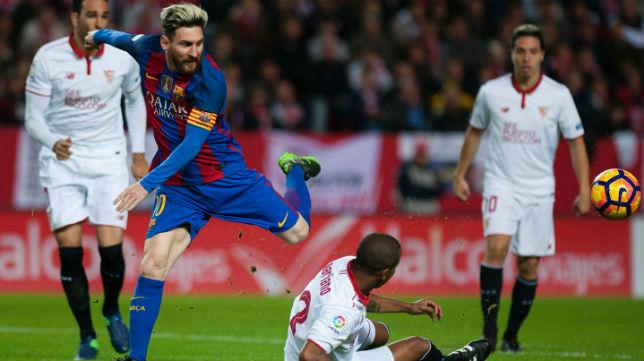 Mariano le roba el balón a Messi, en el Sevilla-Barcelona