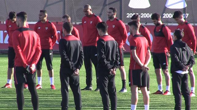Imagen del sentido minuto de silencio guardado por el Sevilla antes del entrenamiento (Foto: J. S.)