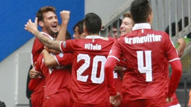 Vázquez celebra con sus compañeros uno de los goles finales del Sevilla ante el Deportivo (Foto: EFE)