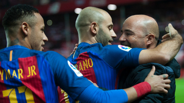 Neymar y Mascherano abrazan a Sampaoli tras el Sevilla FC-Barça (Foto: JORGE GUERRERO)
