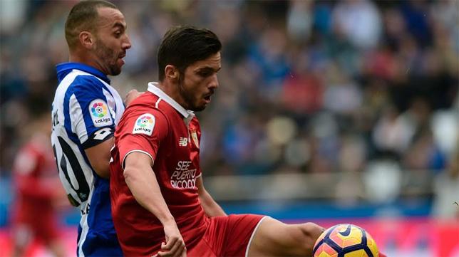 Sarabia pelea un balón en el Deportivo-Sevilla de la pasada temporada (Foto: EFE)