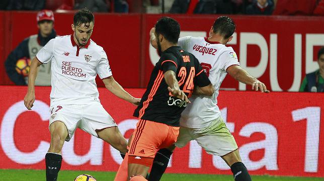 Sarabia controla el balón en el partido ante el Valencia (Foto: Raúl Doblado)