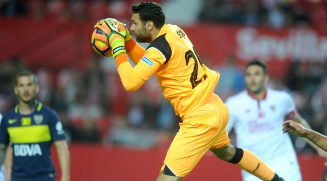 Sirigu atrapa un balón durante el Trofeo Antonio Puerta entre Sevilla FC y Boca. Foto: J. J. Úbeda