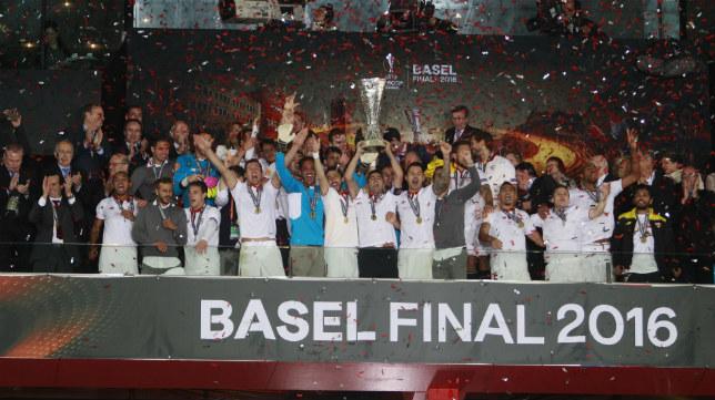 Los jugadores del Sevilla FC celebran el título de la Europa League logrado en Basilea