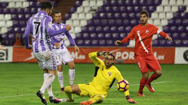 Juan Villar bate a Caro para hacer el 1-0 en Valladolid (Foto: Real Valladolid).